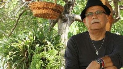 Benhur Sánchez Suárez es un escritor y artista plástico colombiano con gran trayectoria en el mundo de las letras y la cultura en Colombia.  Sus obras han sido seleccionadas a premios tan importantes como Algaguara, Planeta entre otros. Jurado de concursos literarios de prestigio como la Bienal de novela José Eustasio Rivera. Ha ocupado por muchos años cargos de importancia en el mundo de la cultura. http://somoslarevista.com/2014/07/benhur-sanchez-suarez-el-antiguo-senor-epico/